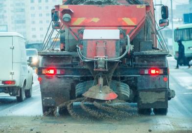 Дорожные службы продолжают противогололедные мероприятия в Якутске